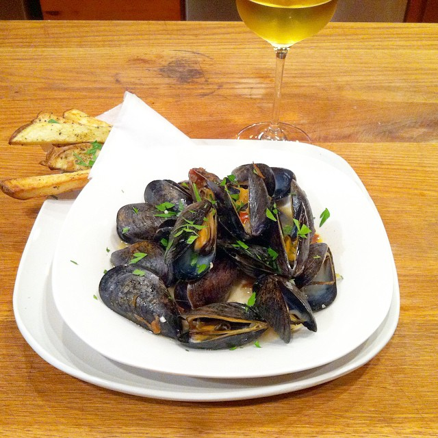 Garlic mussels with frites and Sancerre. Fabulous fall dinner. #seasonal #mussels #shellfish #wine  #sancerre.